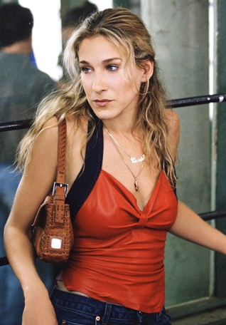 A personagem da atriz Sarah Jessica Parker no seriado Sex and the City com sua bolsa baguette / Foto: Vogue.